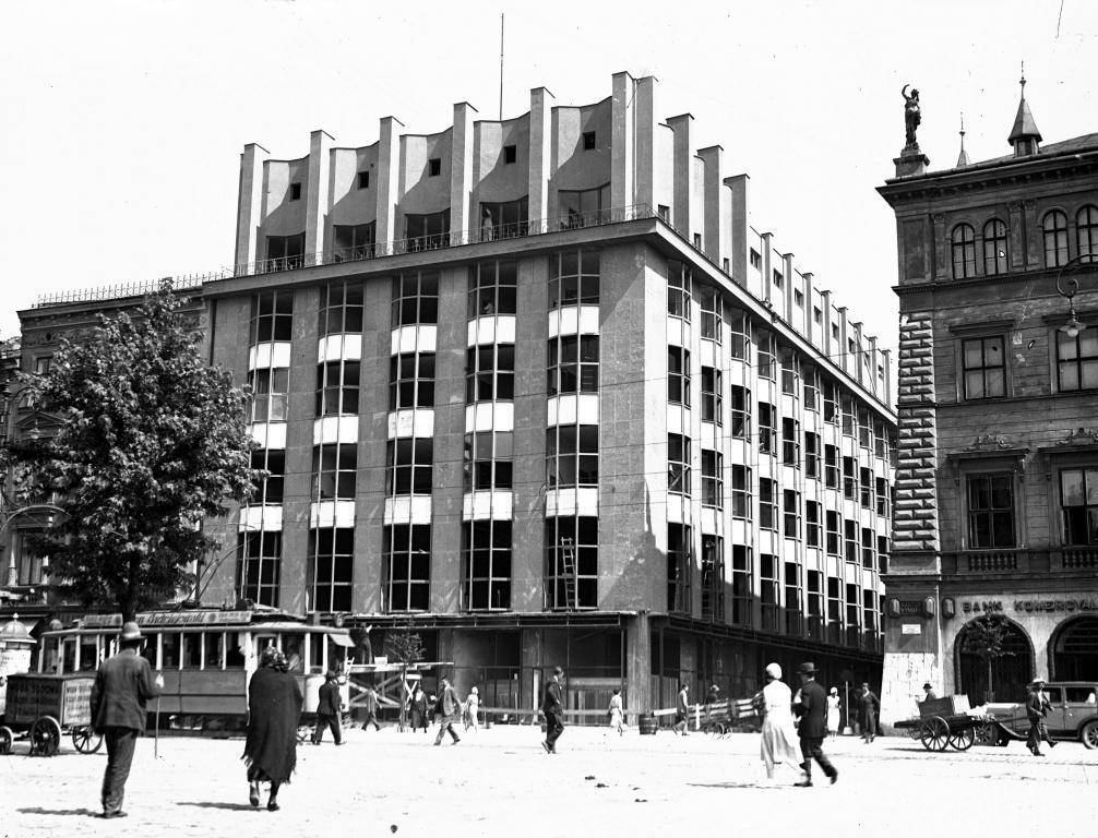 Rynek Główny w Krakowie z widocznym budynkiem Towarzystwa Ubezpieczeniowego