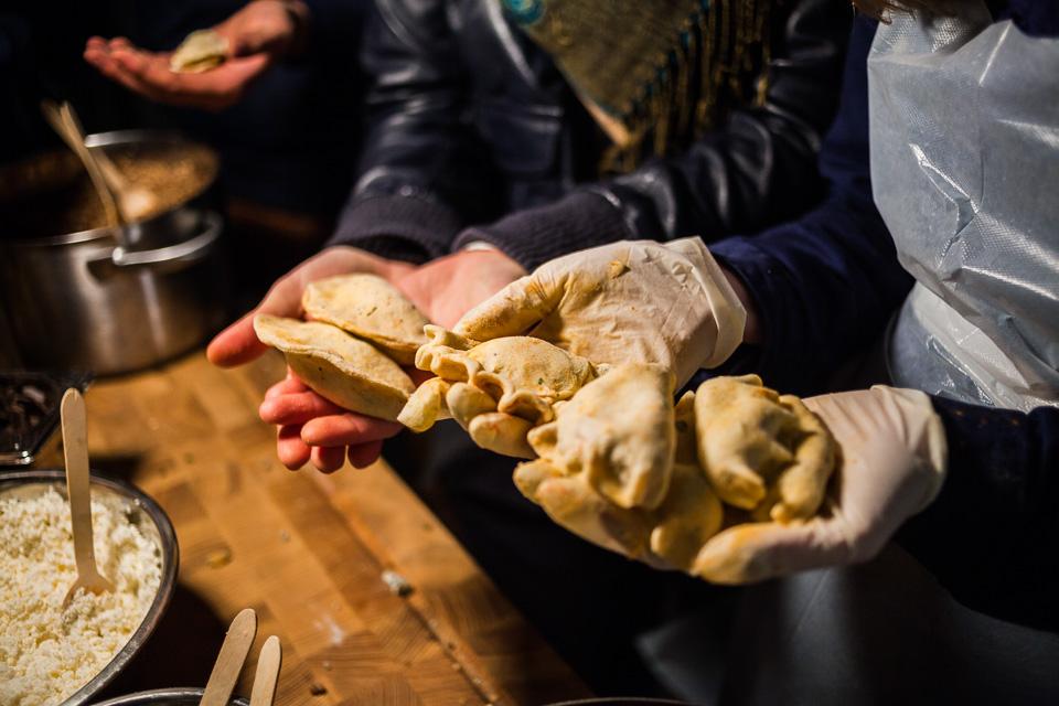 Goście z niesamowitym zapałem lepili oryginalne, różnokolorowe pierogi, odważnie łącząc smaki. fot. Ernest Wińczyk