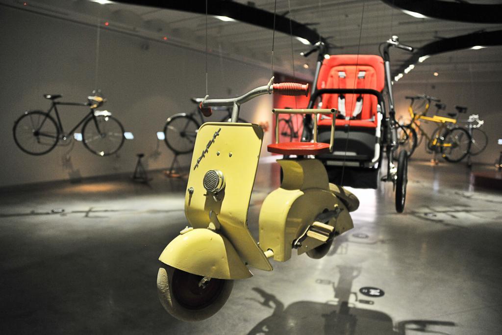 Rowerek dla dzieci przypominający skuter Vespa. fot. Wojciech Trzcionka