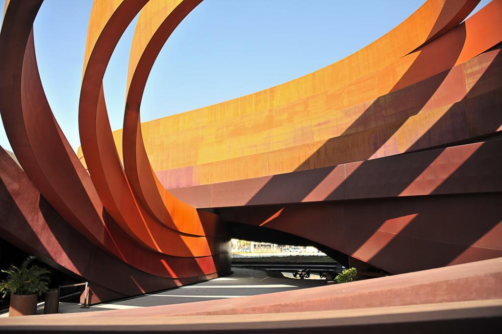 Muzeum Designu w Holon zaprojektował Ron Arad. Otwarto je w 2010 roku. fot. Wojciech Trzcionka