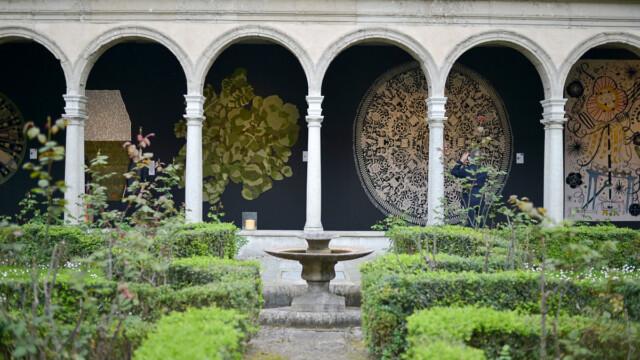Piękne dywany w krużgankach akademii teologicznej [zdjęcia]