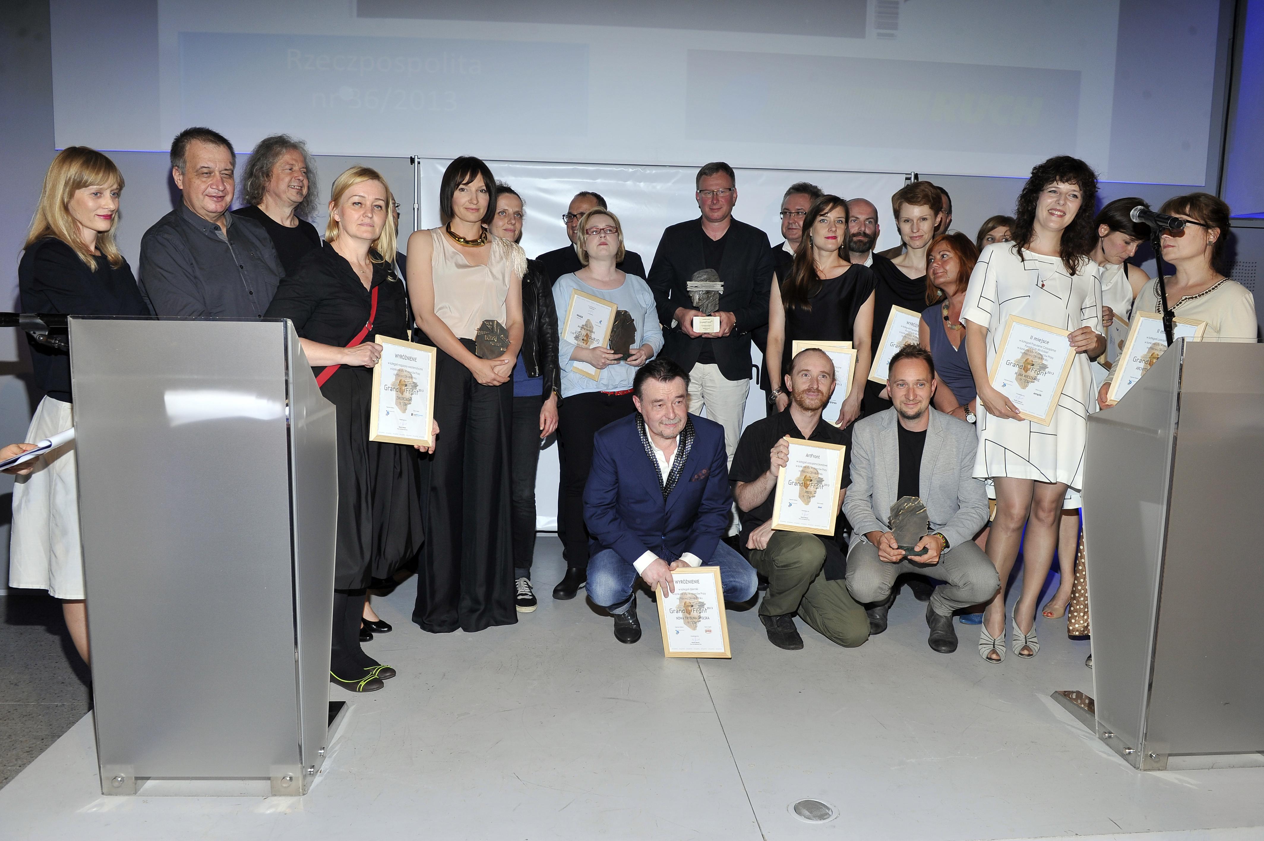 Pamiątkowe zdjęcie wszystkich laureatów Konkursu Izby Wydawców Prasy na Prasową Okładkę Roku GrandFront. fot. Mieszko Piętka/AKPA
