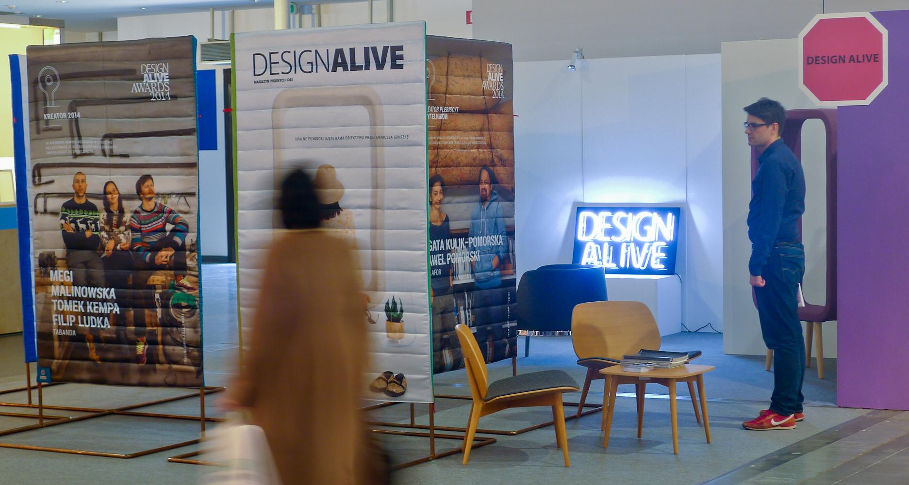 Ekspozycja Design Alive Awards powstała w partnerstwie z m.in. marką Kinnarps, która wyposażyła stoisko w meble oraz firmą Pajak Sport, która uszyła wystawę ze… śpiworów.