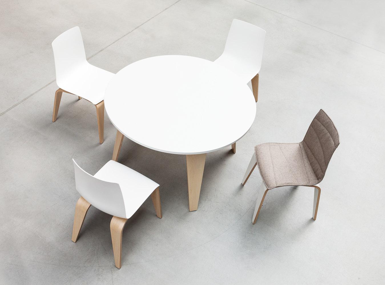 Krzesło PIGI jest połączeniem naturalności giętego drewna, z którego wykonane są nogi z błyszczącym, lśniącym siedziskiem i oparciem z tworzywa sztucznego. W połączeniu ze stołem tworzy idealne rozwiązanie dla przestrzeni kawiarni, cafeterii i miejsc spotkań.