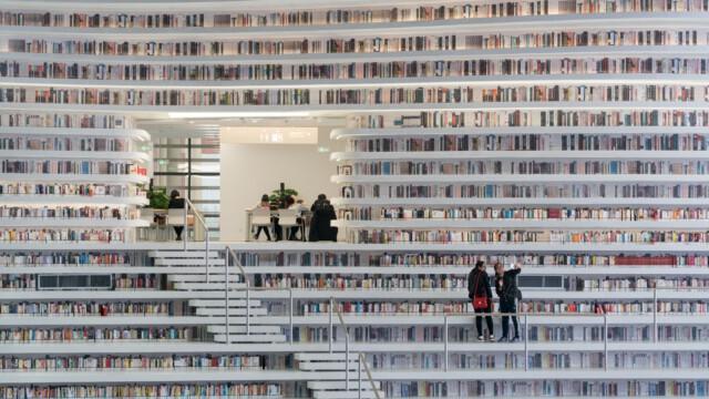Imponująca architektoniczna kaskada książek [zdjęcia]