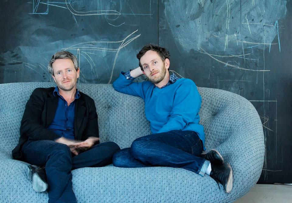 Bracia Ronan i Erwan Bouroullec i ich sofa Ploum zaprojektowana dla Ligne Roset.