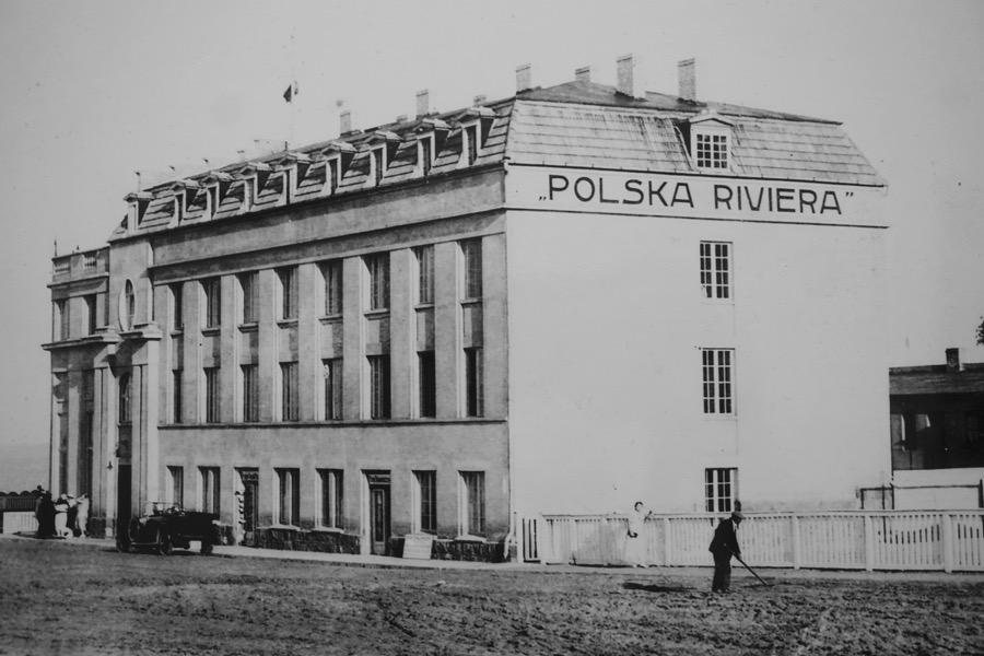 """Tym razem """"Design Alive"""" odkryje przed nami miejsce, które powstało w 1923 roku jako jeden z najpiękniejszych obiektów wybrzeża – hotel """"Polska Riwiera"""" ściągający nad Bałtyk spragnionych wypoczynku, w 1945 roku zyskał nowego właściciela i funkcję Domu Marynarza. fot. ARC"""
