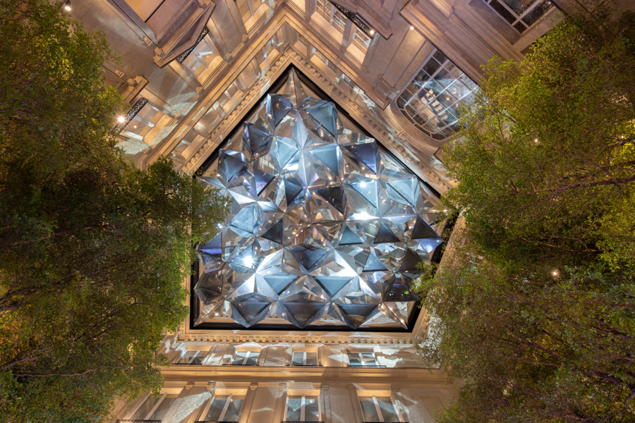 Apple na paryskim Champs Elysees