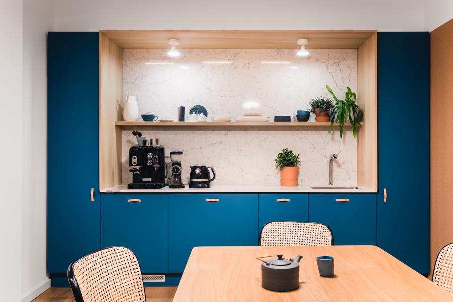 W każdej redakcji mocna kawa to podstawa egzystencji. Dzięki urządzeniom KitchenAid nasza jest wyśmienita. Do naszego aneksu kuchennego jak magnes przyciągają nas niemal pełnowymiarowe meble z kolekcji Ernest Rust z blatem i okładziną Caesarstone. Można tu poczuć się wyjątkowo i swobodnie, a poza tym pogadać albo przekąsić lunch na nowoczesnej porcelanie z Ćmielow Design Studio by Modus Design.