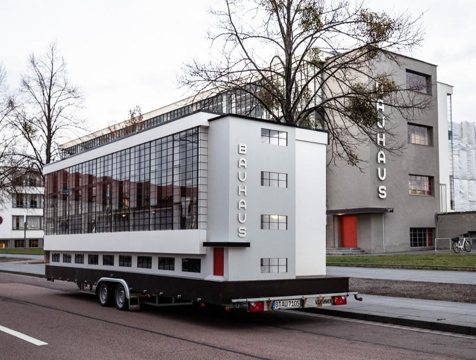 Z okazji jubileuszu na ulice wyjechała miniatura drugiej siedziby Bauhausu w Dessau. Za projekt przyczepy, gdzie odbywają się warsztaty odpowiada Savvy Contemporary. fot. materiały prasowe
