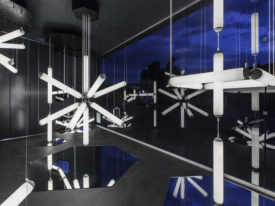 Odważna minimalistyczna instalacja