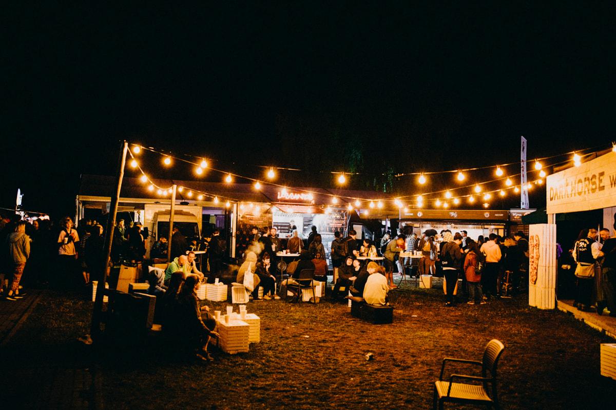 """Miasteczko festiwalowe pełne było potraw z różnych stron świata: od śląskiego """"hajera"""", przez śledzie, ramen, azjatyckie pierożki, tikka masala, po burgery podawane prosto z ambulansu."""