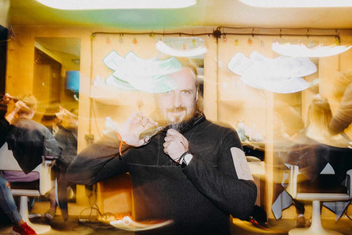 Tomek Szabelka, fryzjer znany ze tego, że dobrym cięciem potrafi nie tylko dać radość, ale też przywrócić godność, strzyc od czasu do czasu charytatywnie ludzi, którzy chcą powrócić na dobrą drogę. Tym razem wraz z innymi zaprzyjaźnionymi fryzjerami ze Śląska strzygł festiwalowiczów za pieniądze, które w całości trafią na cele charytatywne.