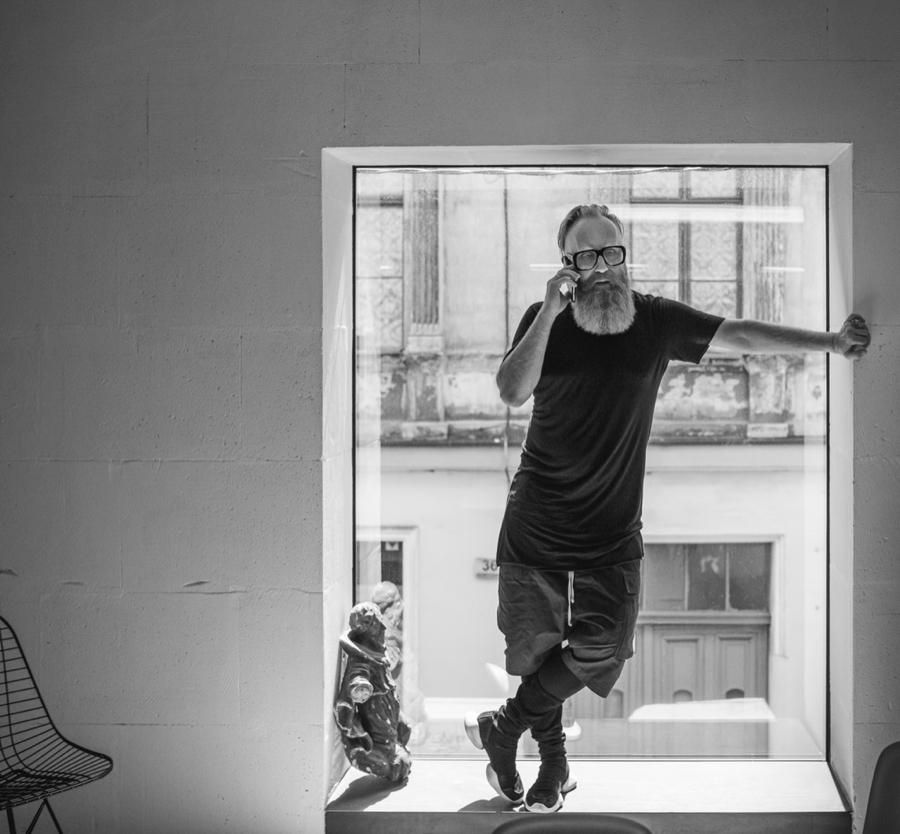Przemo Łukasik pracuje zdalnie ze swojego domu w Bytomiu, ikonicznego Bolko Loftu.