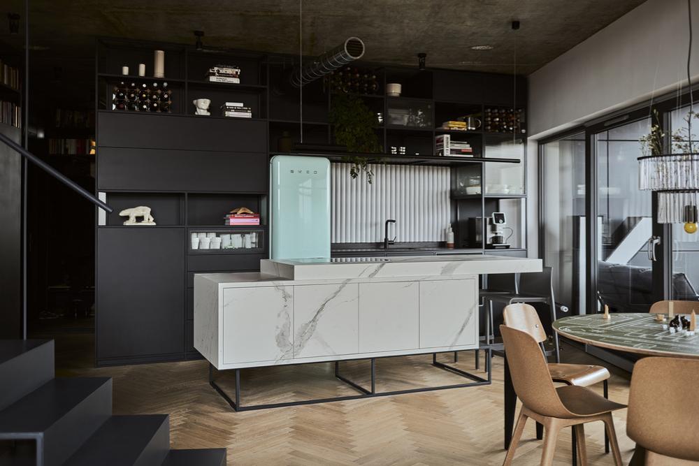 Lampa nad wyspą w kuchni to projekt studia Bevk Perović Arhitekti dla marki Vertigo Bird.