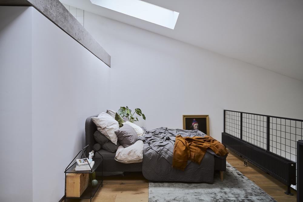 Dywan w sypialni został stworzony przez polską markę MO rugs.