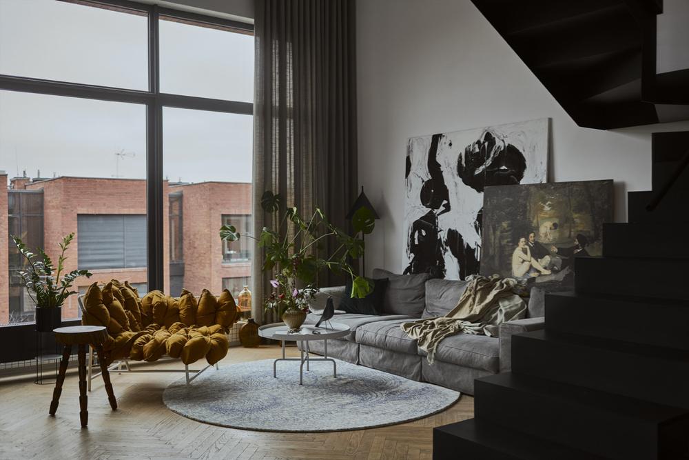 """Obrazy w salonie to oryginalne dzieło Joanny Pietrowicz oraz słynne """"Śniadanie na trawie"""