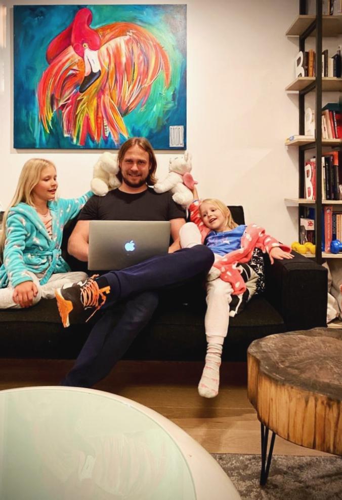 Paweł Garus (pracownia mode:lina) z córkami.