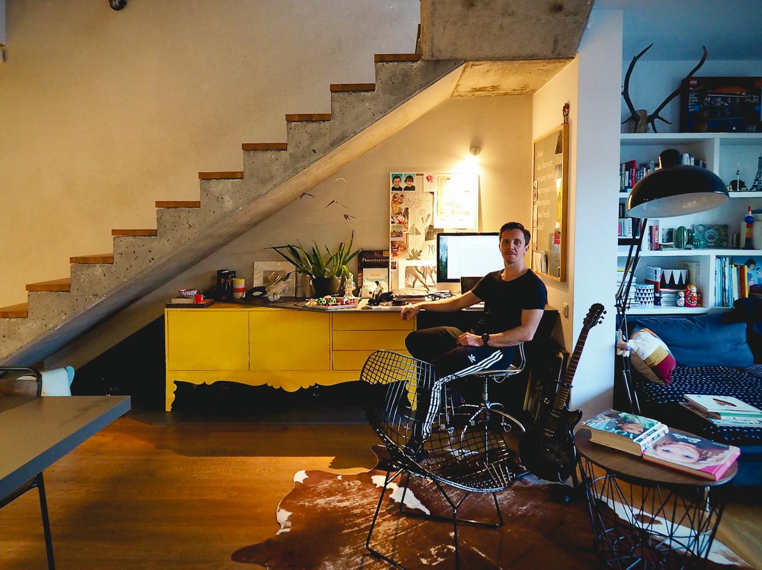 Jerzy Woźniak (pracownia mode:lina) w swoim domu.