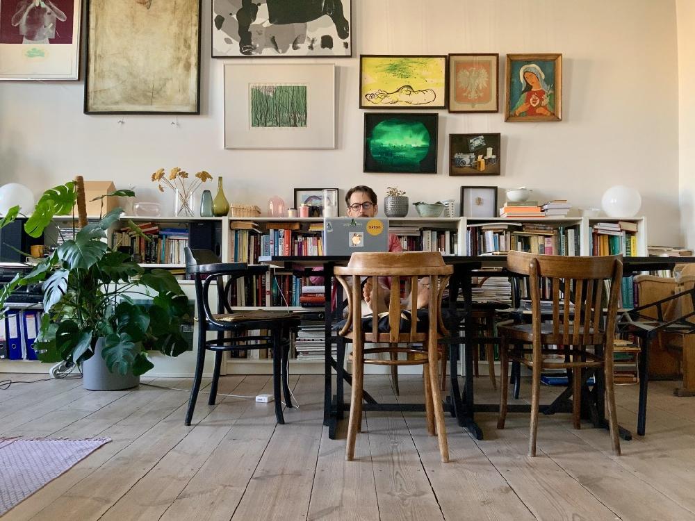 Szymon Hanczar, projektant, właściciel studia Hanczar mieszka i pracuje we Wrocławiu.
