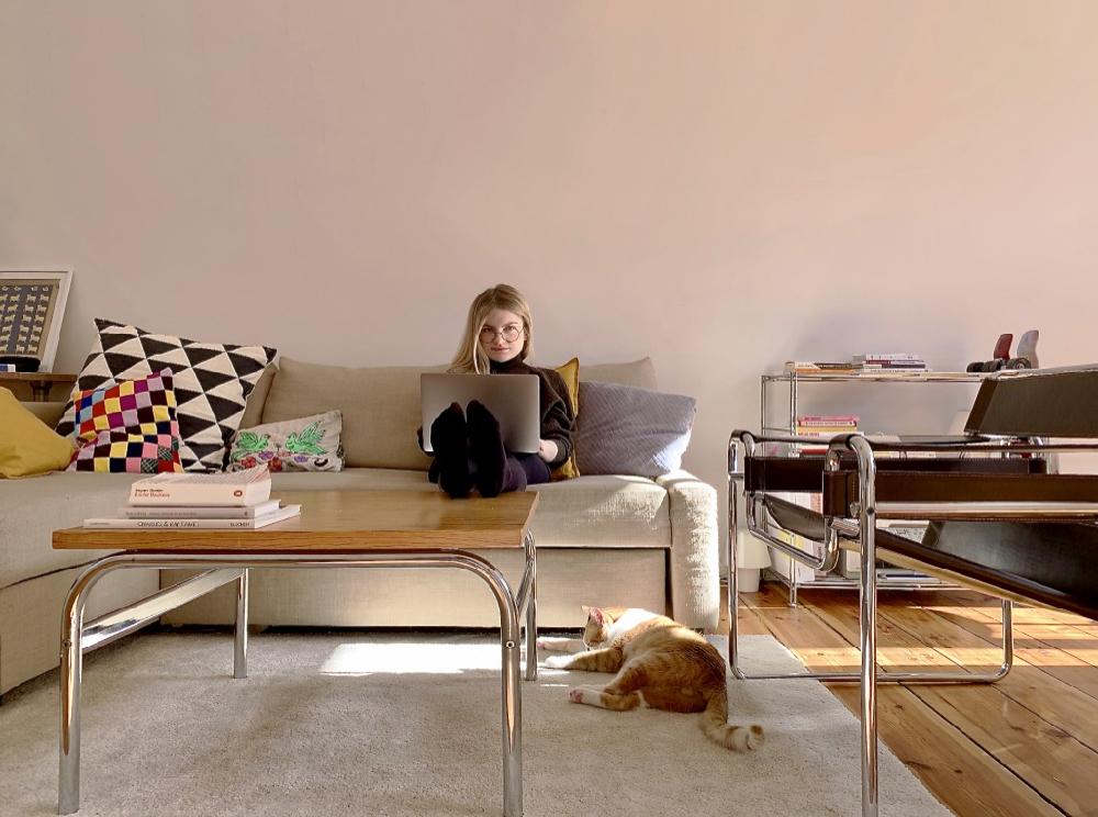 Gosia Perkowska, projektantka grafiki użytkowej, związana ze studiem Less. Od 6 lat specjalizuje się w brandingu i identyfikacji wizualnej, aktualnie mieszka i pracuje w Berlinie.