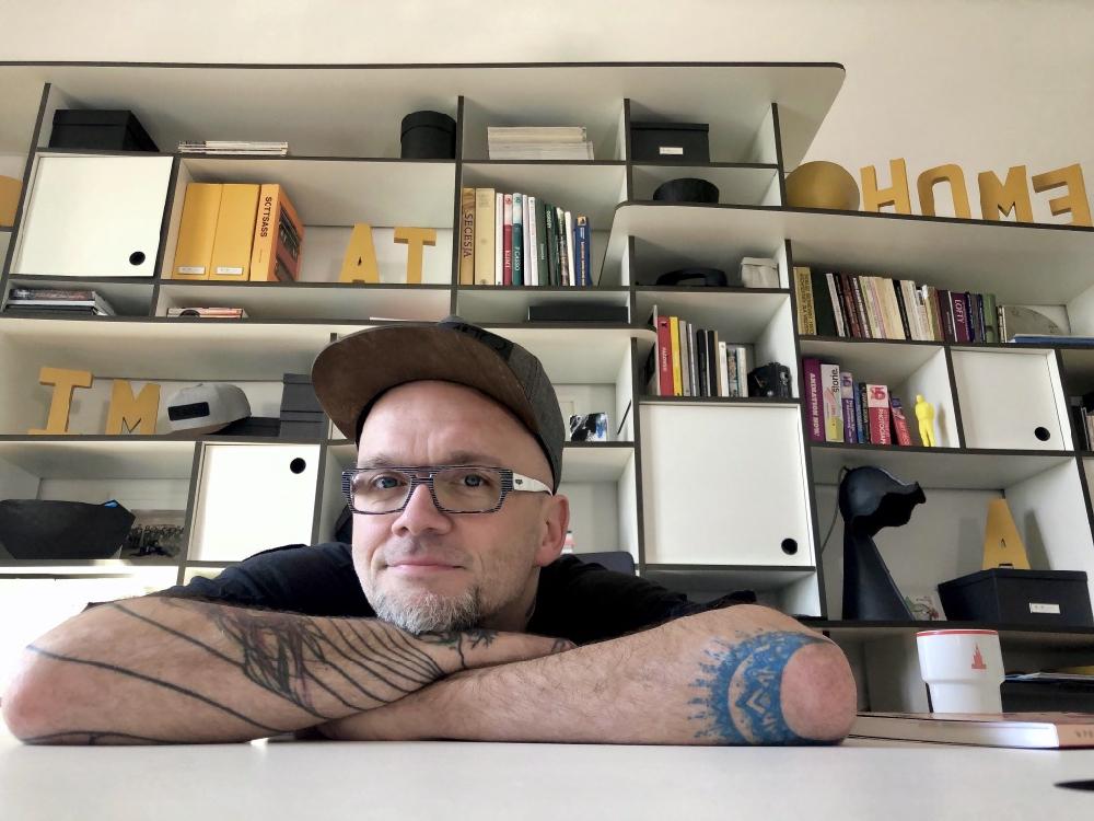 Tomasz Pągowski, projektant, autor programów telewizyjnych i kreatywny Studia IMATHOME, które prowadzi od 11 lat razem ze swoją partnerką Moniką Czajkowską.