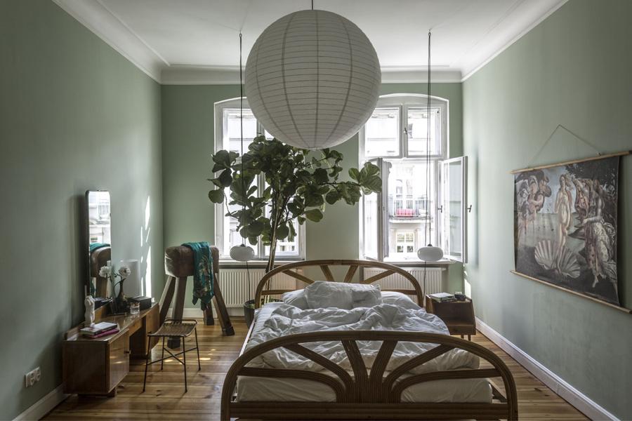 Większość mebli to zdobycze prosto z osiedlowych wystawek i internetowych ogłoszeń.  Mieszanka stylów sprawia, że każdy pokój opowiada trochę inną historię.