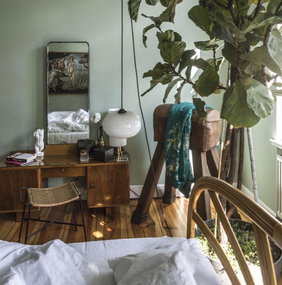 Okna balkonowe w salonie otacza gąszcz roślin, a w sypialni za łóżkiem rośnie drzewo figowca dębolistnego. Właściciele kochają kwiaty, to one najbardziej dekorują wnętrze tworząc klimat mieszkania.