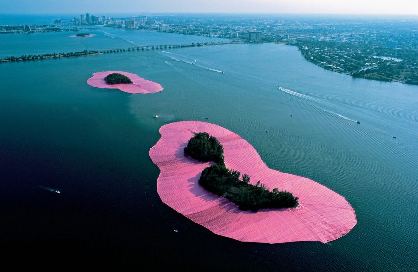 Surrounded Islands, Biscayne Bay, Greater Miami, Floryda 1983. Otoczona tkaniną wyspa jest jednym z najbardziej znanych dzieł artysty.
