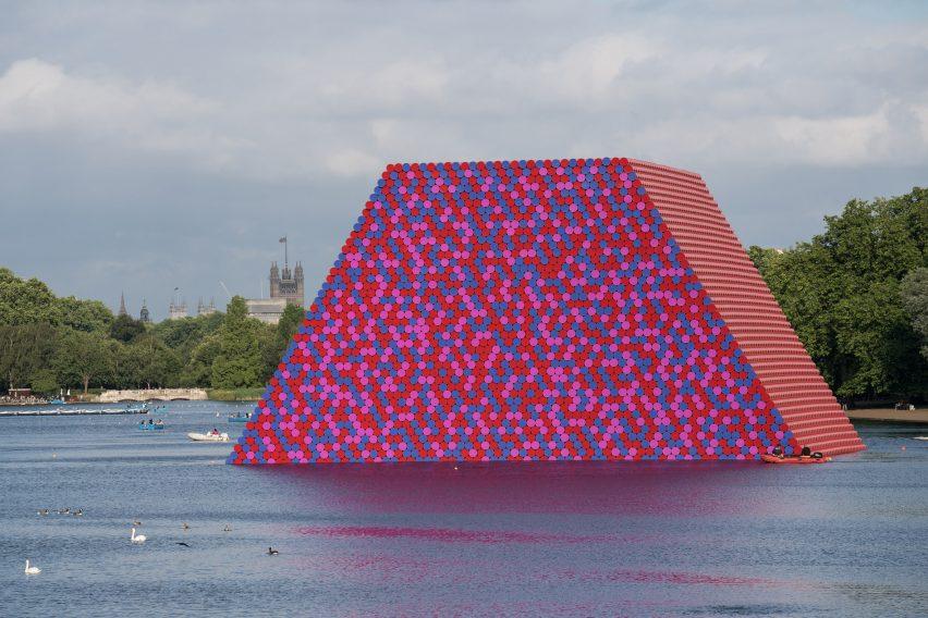 The London Mastaba, Serpentine Lake, Londyn 2018. Kolorowa instalacja złożona z ponad 7500 beczek powstała na jeziorze w Hyde Parku
