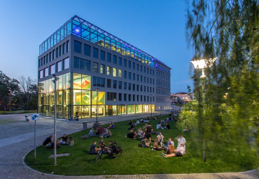 Centrum powstało w budynku zaprojektowanym przez MVRDV, jedną z najbardziej rozpoznawalnych pracowni architektonicznych na świecie. Budynek łączy zabytkową kamienicę z XIX oraz nową multifunkcyjną część.