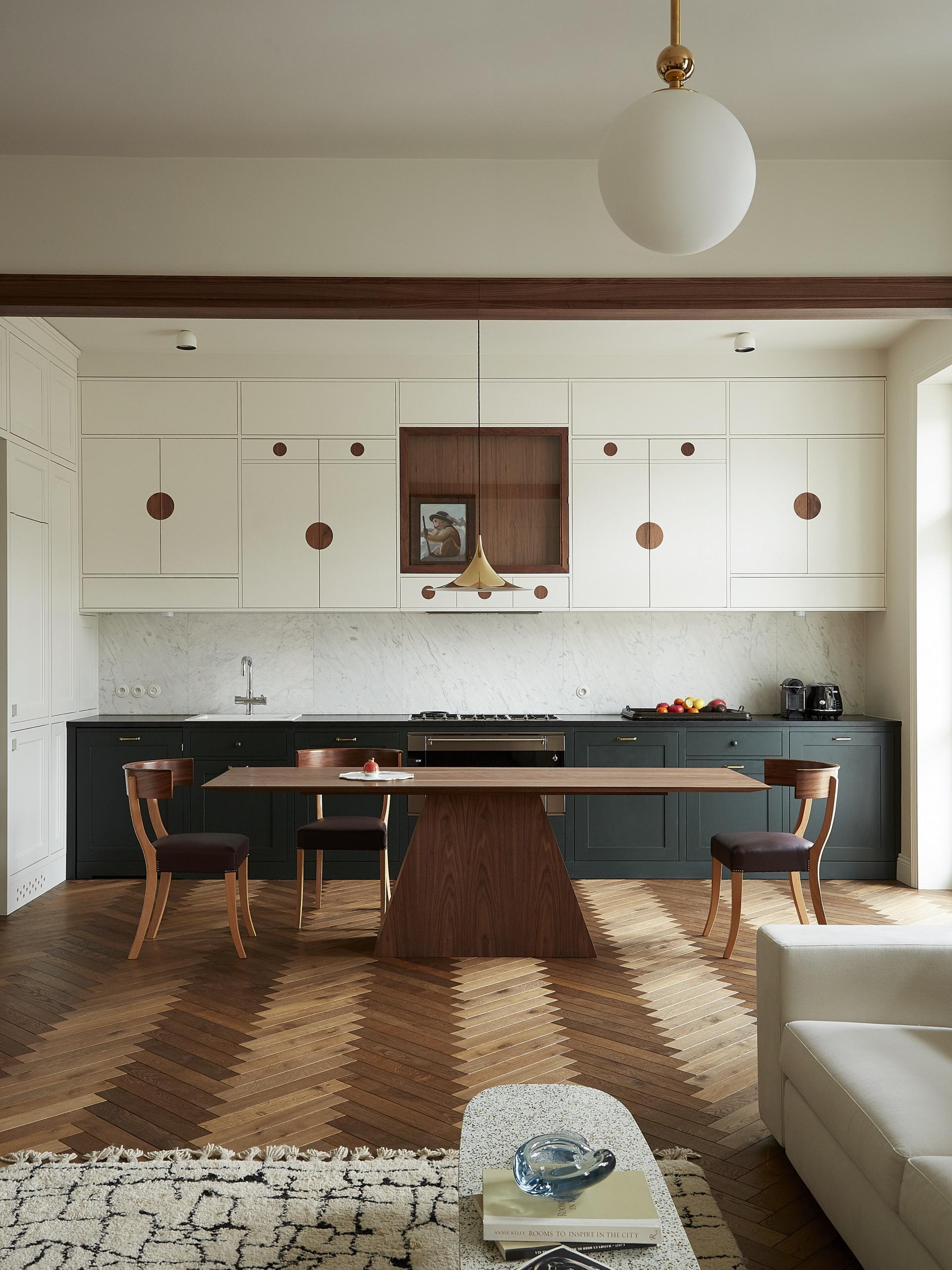 Meble kuchenne wykonane zostały na zamówienie według projektu Colombe Deisign. Lampy to dzieło Flos Wan. Z kolei część jadalnianą zdobią: stół projektu Colombe, krzesła Svenskt Tenn i lampa Gubi.