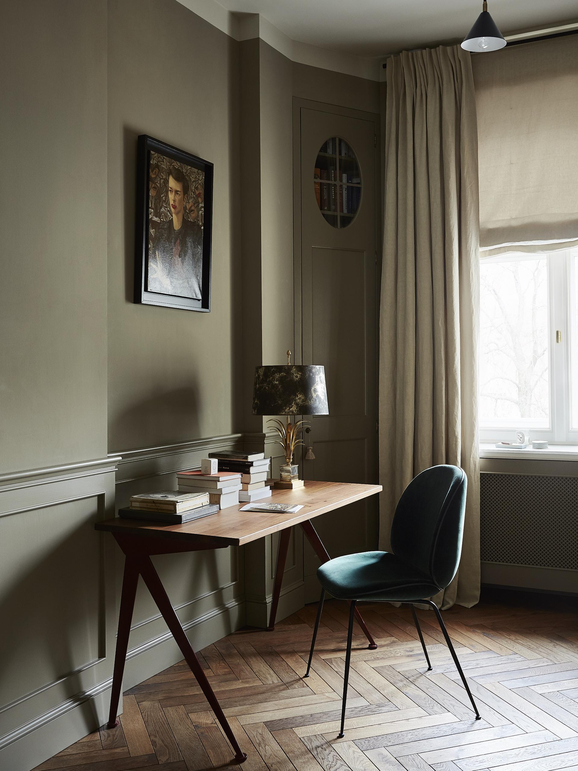 Konsolę zaprojektowaną przez Colombe wykonano z drewna teakowego, marmuru traumisera oraz mosiądzu.