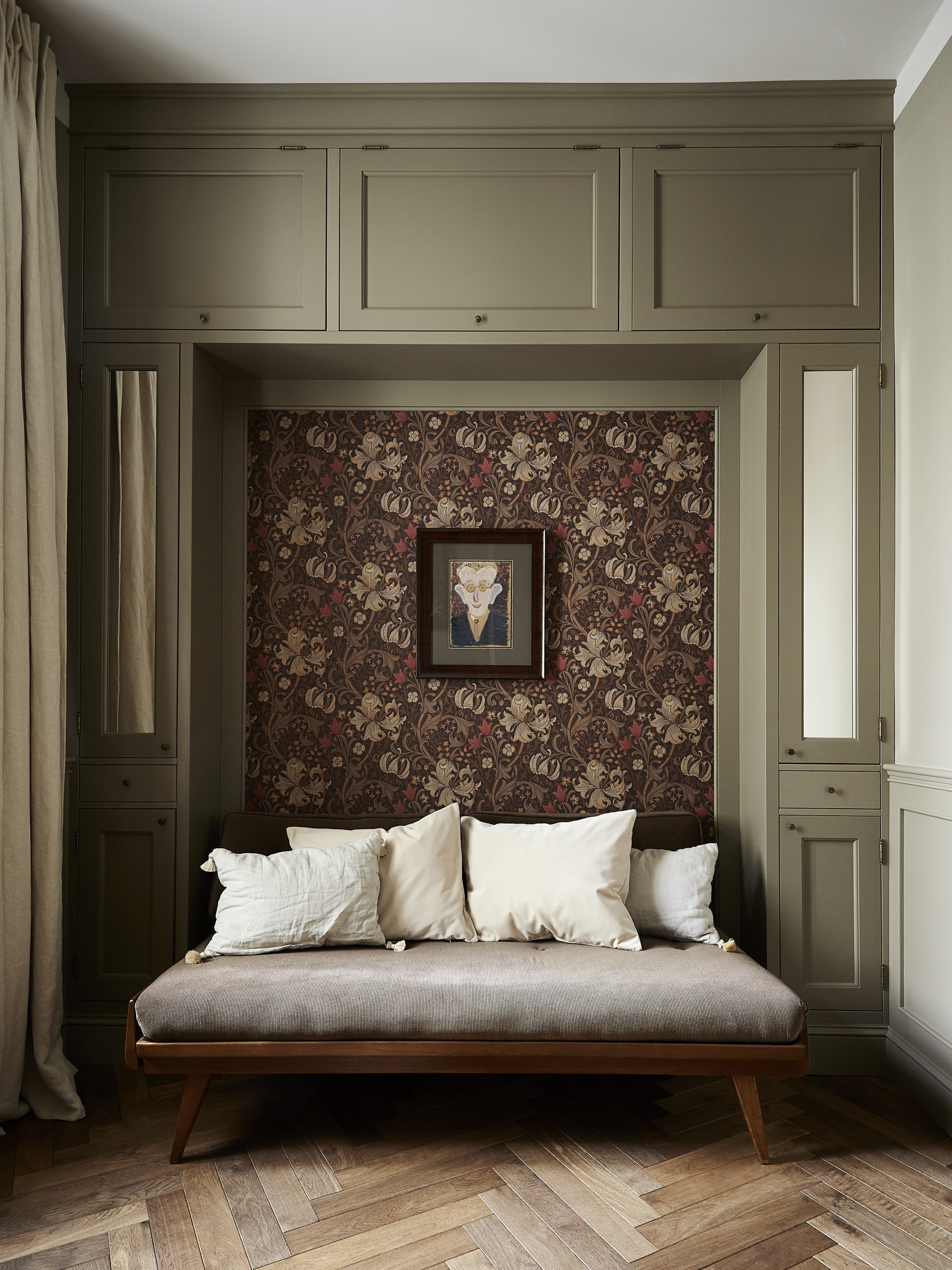Wyrafinowane tło dla kolekcji sztuki stanowią tapety William Moris.