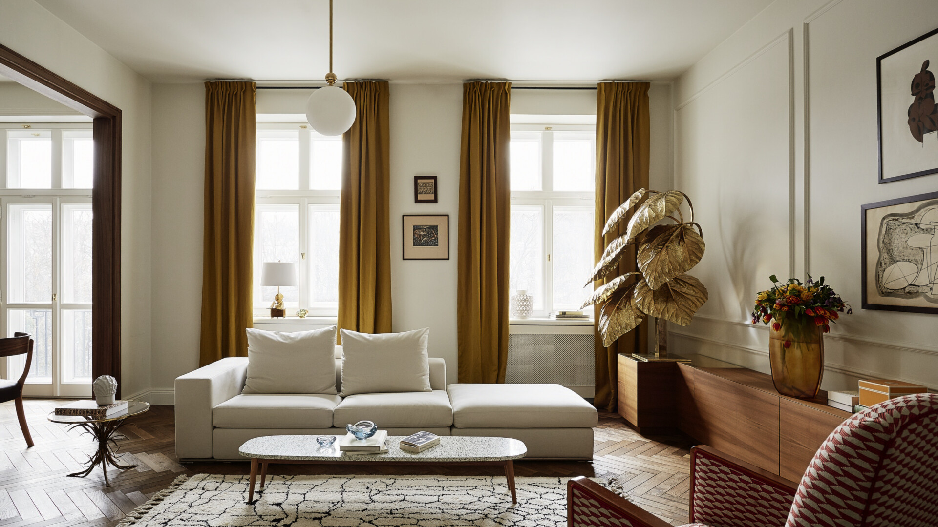 Rozbrat 98. Wysmakowane wnętrza w przedwojennym apartamencie w sercu Warszawy
