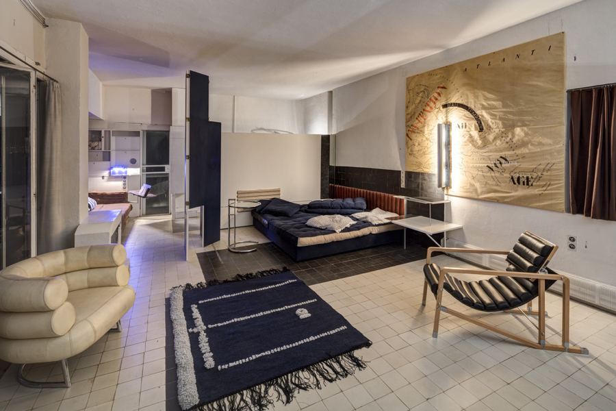 Wnętrze domu E1027 z meblami projektu Eileen Gray i freskami Le Corbusiera