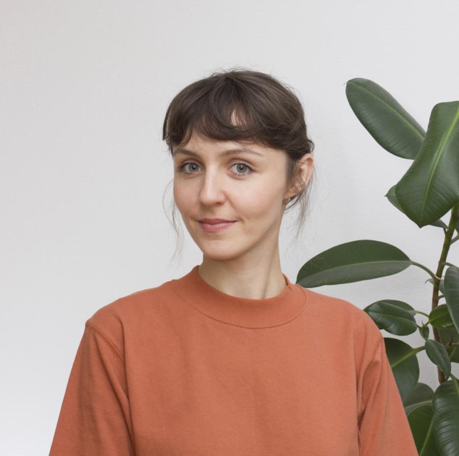 Kamila Niedzwiedzka działa w branży odzieżowej i współpracuje z Nikodemem Szpunarem, zktórym wspólnie realizują wystawy, projekty meblowe oraz projekty z pogranicza sztuki. Absolwentka Wydziału Wzornictwa na Warszawskiej Akademii Sztuk Pięknych oraz National College of Art And Design w Dublinie.