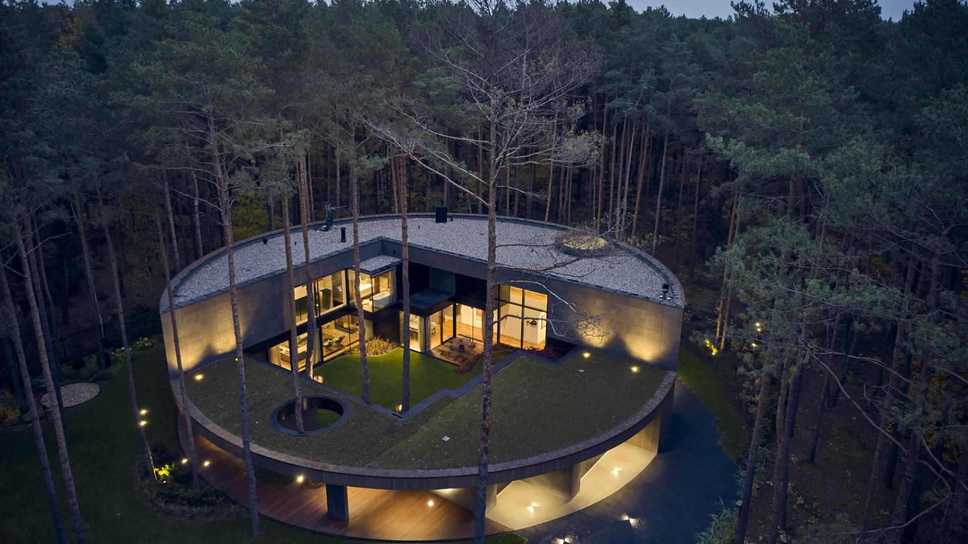 Circle Wood w Izabelinie. Niezwykły dom, jak wyciosany w pniu