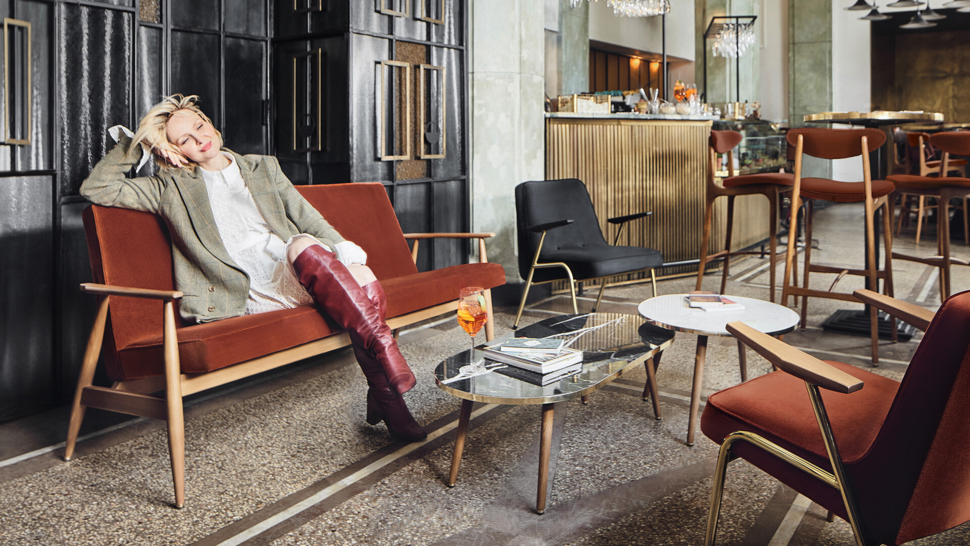 Fotel 366 Metal. Odnaleziony po latach projekt Józefa Chierowskiego w kampanii z Marietą Żukowską