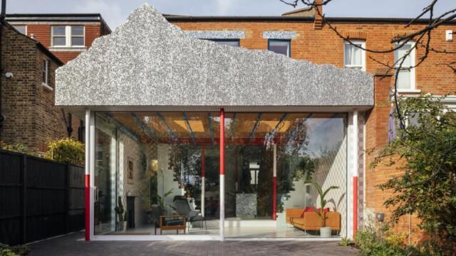 Londyński dom architekta Mata Barnesa zaskakuje kolorami i niecodziennymi detalami