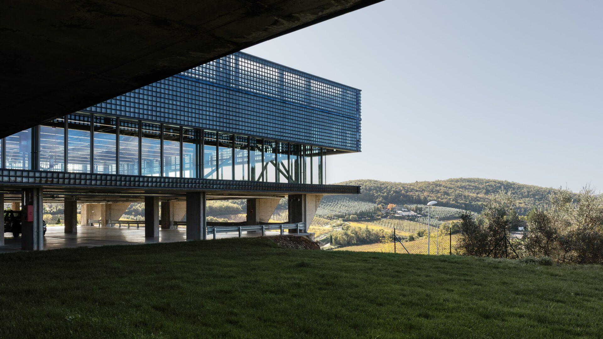 Nowa fabryka Celine w otoczeniu toskańskich winnic