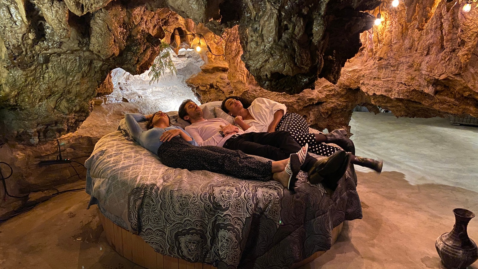 Bohaterowie serii nocowali m.in. w przerobionej na hotel jaskini w górach Ozark.