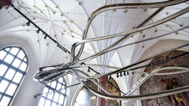 Ogromny dmuchany ze stali Kraken zawisł w gdańskim Dworze Artusa