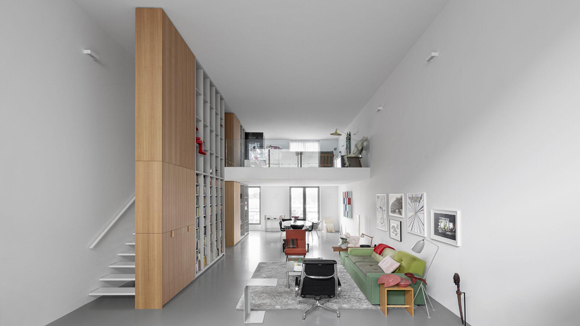Loft pary pisarzy.  Pełen ikon designu, sztuki i książek